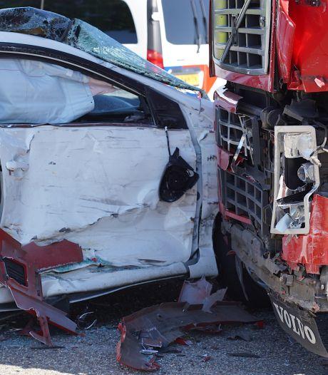 Botsing tussen auto en vrachtwagen op Tilburgs industrieterrein