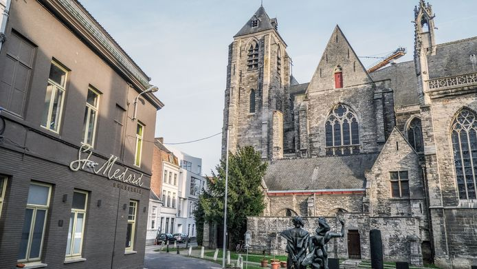 De Onze-Lieve-Vrouwekerk, aan het Deken Zegerplein.