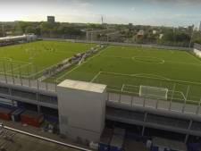 Voetbalveld op dak evenementenhal op Borchwerf