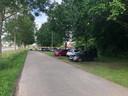 Zondagavond omstreeks zes uur stonden er twaalf auto's geparkeerd in het gras.