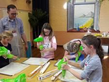 Dorpshuis vol jonge bakkers in Well bij bakmiddag met Rik van Doornmalen van Heel Holland Bakt