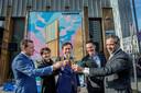 De bouw van wooncomplex OurDomain Rotterdam Blaak. Wethouder Bas Kurvers (midden) onthult de impressie samen met directeur Mark Kuijpers van Greystar (links), directeur Robert Steenbrugge van Stebru (2de van rechts) en directeur Ton Heijmans van BOAG (rechts).