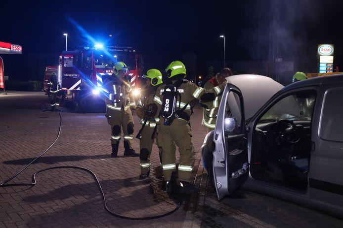De brandweer bij de auto in Lunteren.