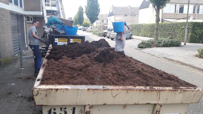 Er moet een tweede container komen om alle aangetroffen potgrond af te voeren.