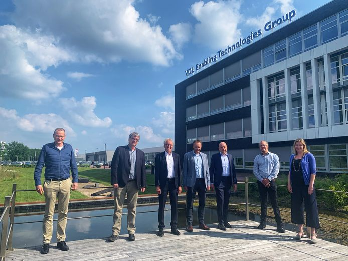Samenwerkingspartners van VDL en de Universiteit Twente poseren. Van links naar rechts: Gerjan Veldhuis (manager VDL ETG T&D Almelo), Geert Dewulf (UT, director Strategic Business Development), Bart Koopman (UT, decaan faculteit Engineering Technology), Hans Evers (directeur VDL ETG T&D), Sander Verschoor (directeur VDL ETG Almelo), Jaap Brand (VDL ETG/ UT fellow), Janneke Hoedemakers (UT, Strategic Business Development).