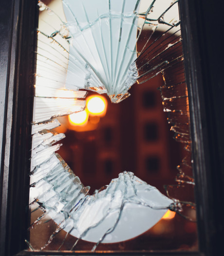 Leerdammer vernielt glas van voordeur en wordt opgepakt