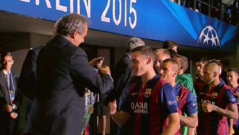 Vermaelen krijgt zijn medaille overhandigd door Uefa-preses Michel Platini.