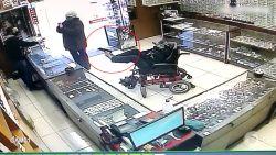 Man in rolstoel houdt geweer vast met voet tijdens overval in Brazilië