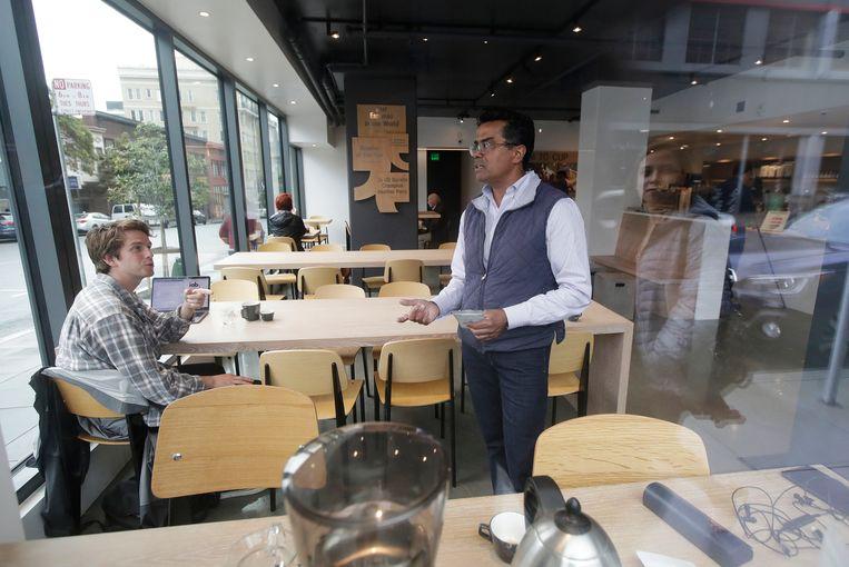 Bo Thiara in gesprek met een klant.