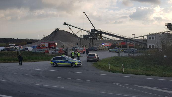 Duitse hulpdiensten hebben na een lange zoektocht afgelopen nacht het lichaam van een 42-jarige Nederlander onder het grind vandaan gehaald.