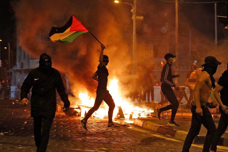 Arabische betogers stichten brandjes. Beeld AFP