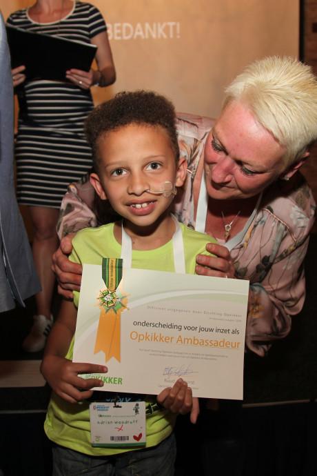 Zieke Adrian (7) krijgt Opkikkermedaille voor inzet voor andere zieke kinderen