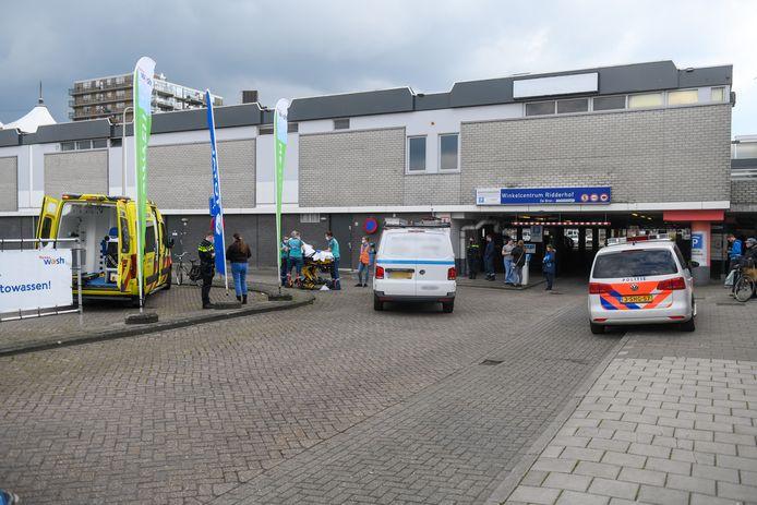 Fietsster gewond bij aanrijding met bestelbusje in Alphen, bij de ingang van de parkeergarage van winkelcentrum Ridderhof.