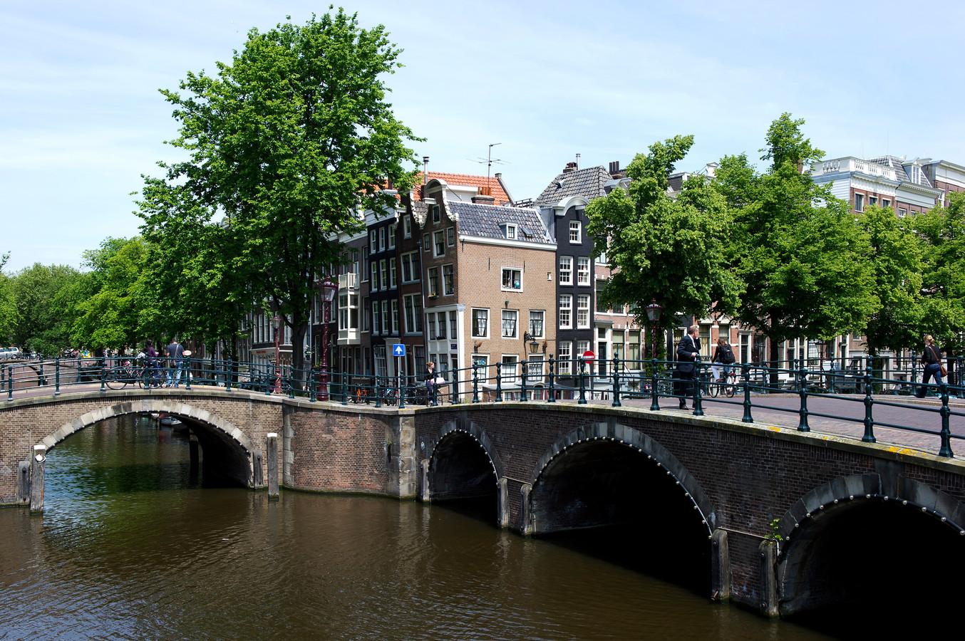 Grachtenpanden worden in Amsterdam voor belachelijk hoge prijzen verkocht.