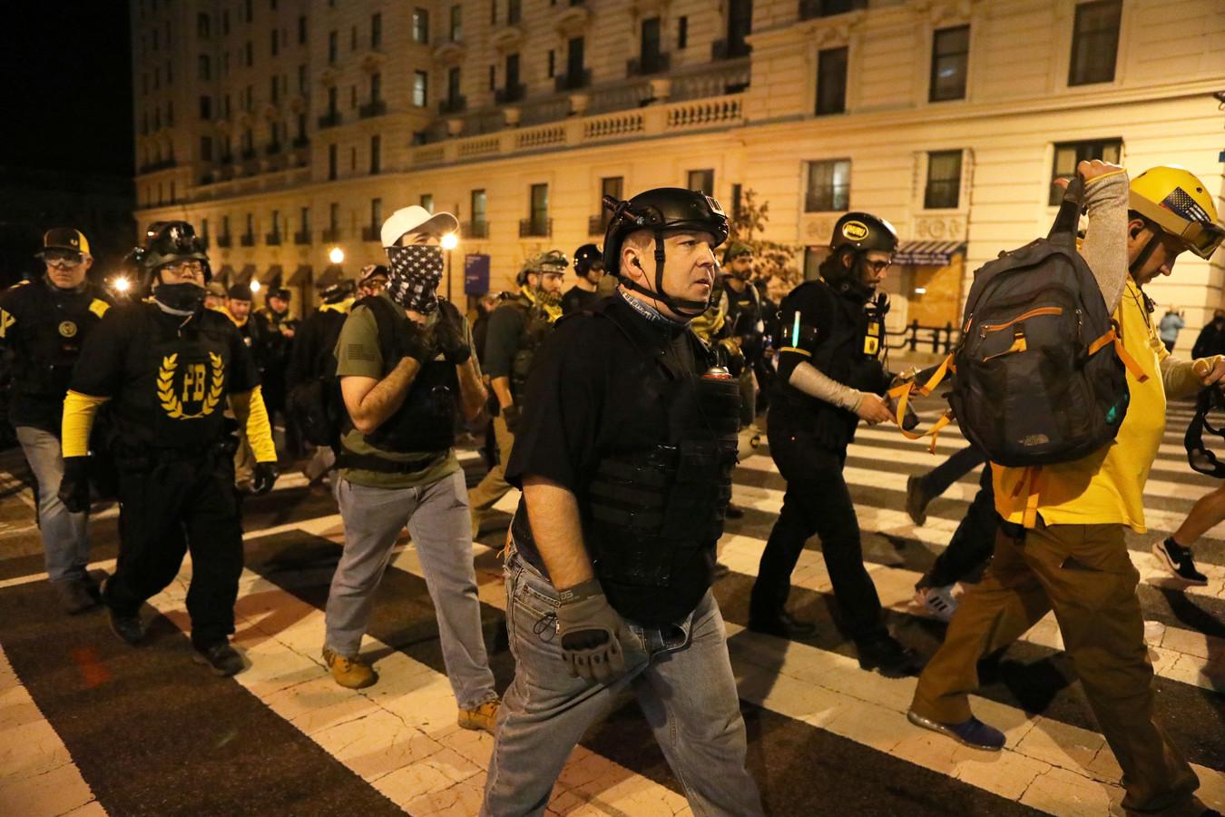Des membres du groupe d'extrême droite Proud Boys défilent pour protester contre les résultats de l'élection, à Washington, aux États-Unis, le 12 décembre 2020.