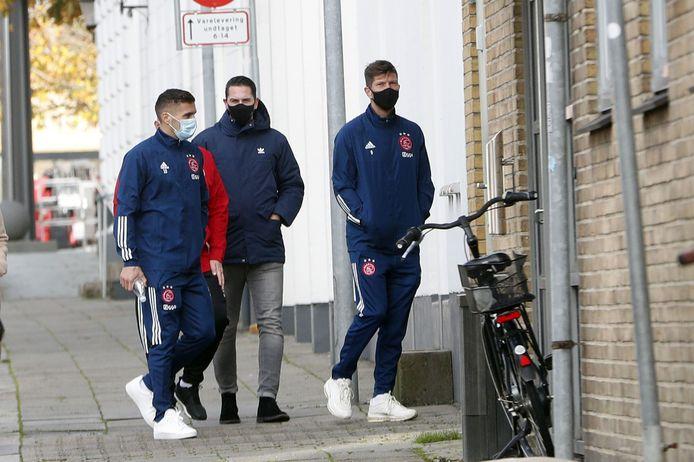 Ajax-aanvoerder Dusan Tadic (links) met Klaas-Jan Huntelaar in Denemarken.