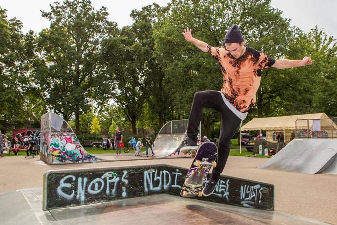Skateboarders vertonen tijdens het Kingdom Festival in park Vrouwenhof hun kunsten.