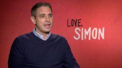 """Regisseur eerste homoblockbuster 'Love, Simon': """"Van school gestuurd omdat ik te hard vocht voor holebi's"""""""