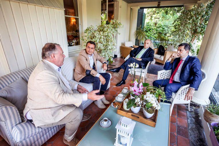 De Griekse minister van Toerisme Haris Theoharis (helemaal rechts) in gesprek met een delegatie van reisorganisatie Corendon in de Griekse ambassade in Den Haag. Beeld Raymond Rutting / de Volkskrant