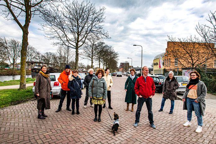 Leden van Wonen in de Toekomst op de Havendijk ter hoogte van de vroegere busremise. Op dat terrein hopen ze hun woondroom te realiseren. Links Willy de Lange.