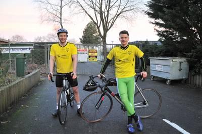 Niet voetballen, dan maar fietsen. Spelers van Redichem maken 230 km lange tocht langs alle tegensta