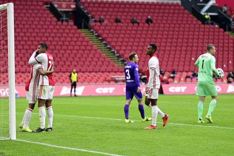 Aangever David Neres en afmaker Sébastien Haller (l.) vieren de 2-0 tegen FC Groningen. Beeld ANP
