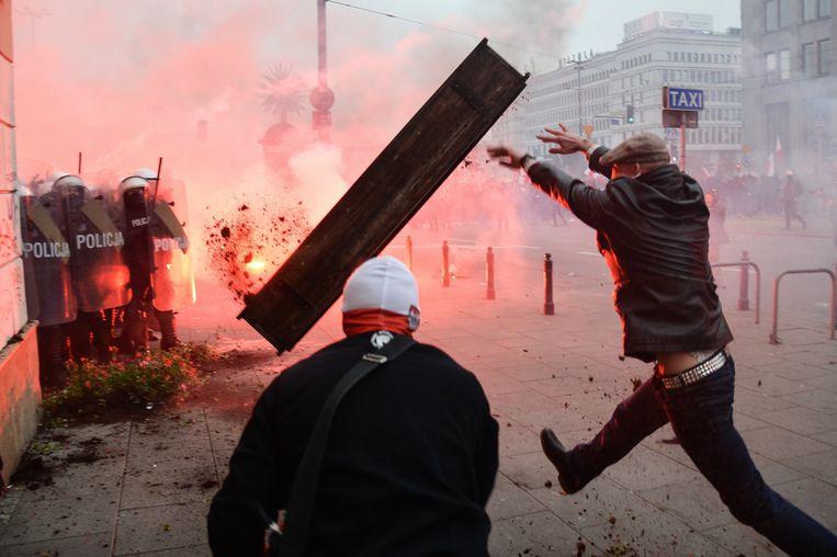 11 november, de Poolse onafhankelijkheidsdag. Een betoging van nationalisten en extreemrechts in hoofdstad Warschau loopt uit de hand.   Beeld BELGAIMAGE