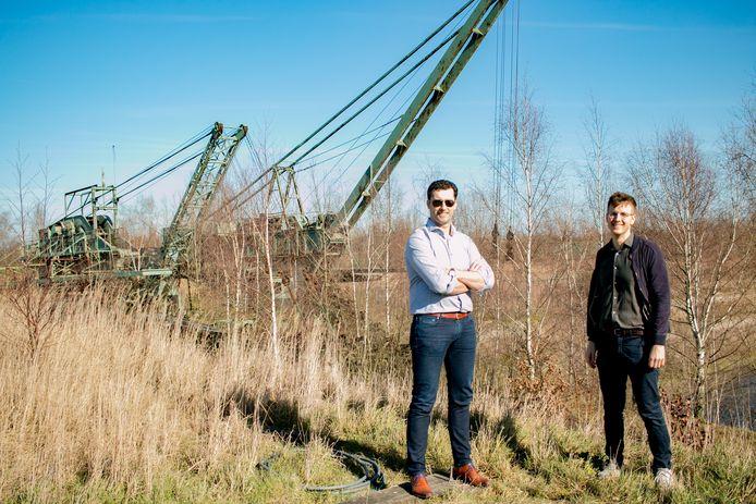 SVK-bedrijfsleider Bruno Desmet en CD&V-raadslid Kristof Van Gansen, met op de achtergrond de twee kleibaggeraars.