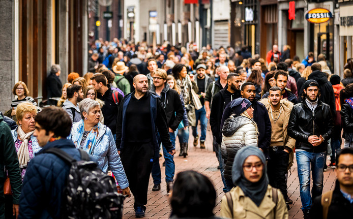 2016-10-15 23:41:55 AMSTERDAM - Winkelend publiek in de Kalverstraat. ANP XTRA REMKO DE WAAL