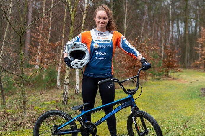 Judy Baauw in de bossen van Papendal, waar ze veel trainingsuren maakt op de BMX-baan.