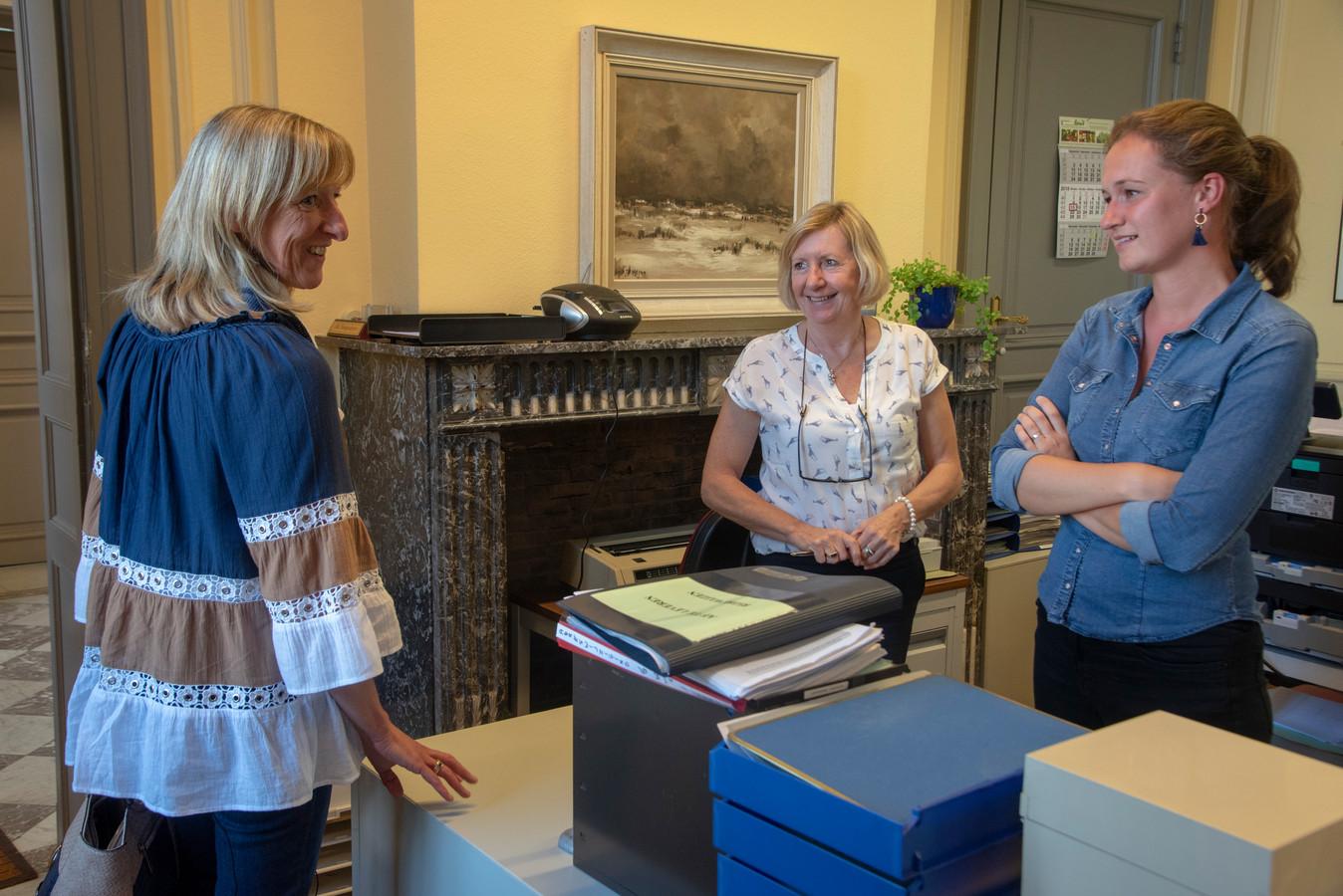 Kersvers burgemeester Elsie Sierens krijgt gelukswensen van het personeel in Destelbergen.