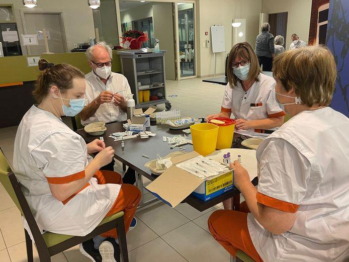 Het personeel van WZC Paradijs met de voorbereidende werken voor de vaccinatie.