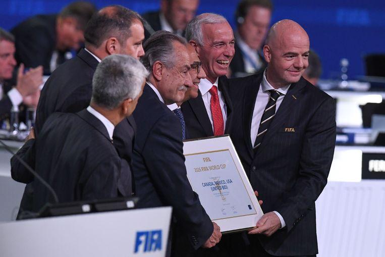 FIFA-voorzitter Gianni Infantino met de bondsvoorzitters van de VS, Canada en Mexico. Hij wijst het WK 2026 officieel toe aan de drie landen.