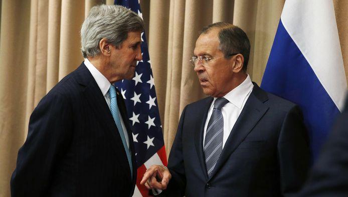 Le ministre russe des Affaires étrangères Sergueï Lavrov ( à droite) et le secrétaire d'Etat américain John Kerry