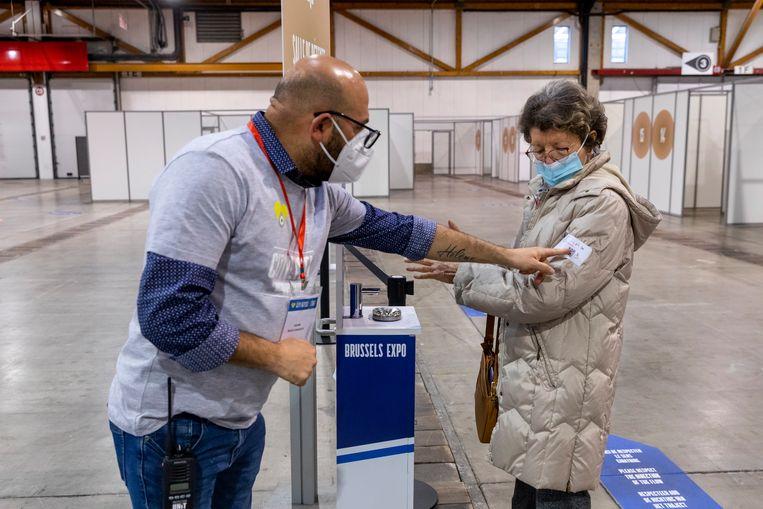Een vaccinatiecentrum in Brussel. België is een van de weinige EU-landen die de inentingen met het AstraZeneca-vaccin niet stopzetten. Beeld Belga