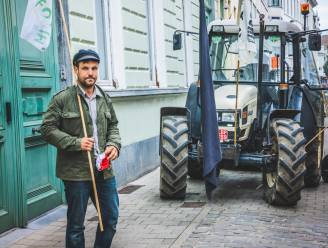 """Eén tractor en een handvol boze mensen tegen verkoop van Blauwhuis en andere publieke gronden: """"Die gronden zijn van ons allemaal"""""""