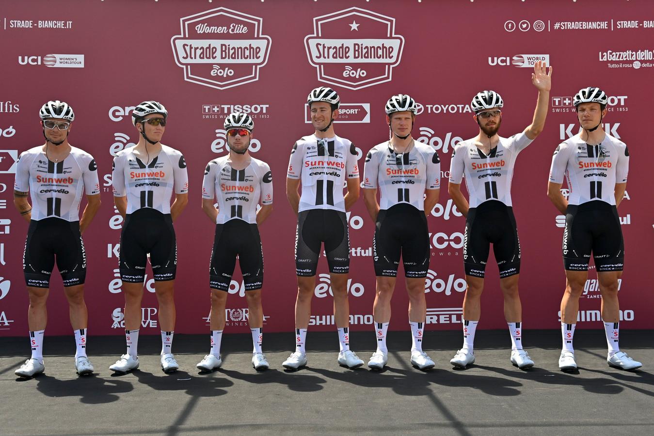 Renners van Team Sunweb voor de Strade Bianche.