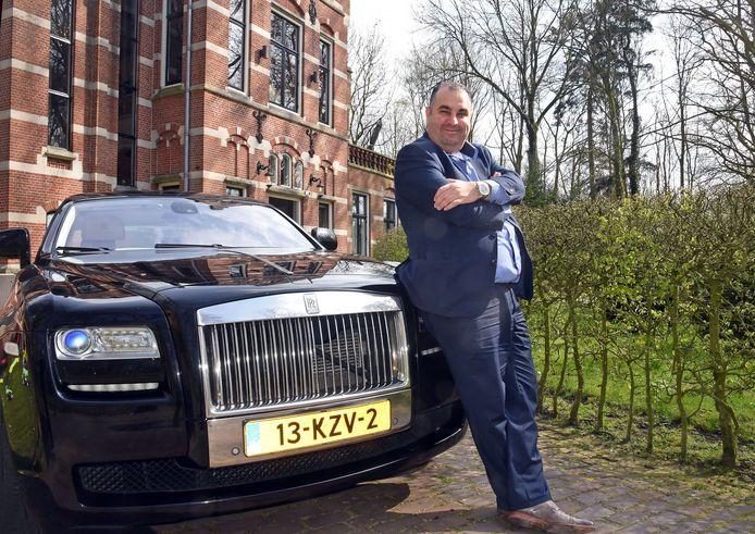 Salar Azimi bij zijn Rolls Royce voor het kasteel van de Azimi's in Aardenburg.