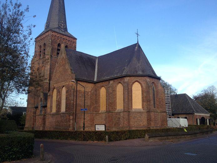 De ramen van de Oude kerk in Helvoirt zijn met houten platen dichtgetimmerd