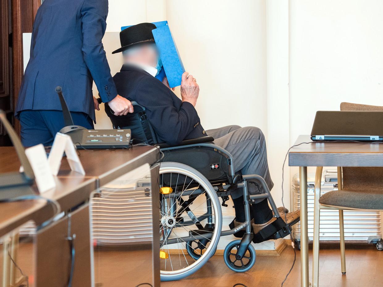 De van nazimisdaden verdachte Bruno Dey (93) arriveert in de rechtszaal in Hamburg, in april dit jaar. Beeld Getty Images