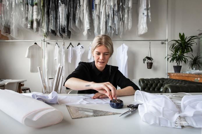 Modeontwerpster Tess van Zalinge is gek op de kraplap. Ze baseerde haar nieuwe collectie op het Spakenburgse klederdrachticoon.