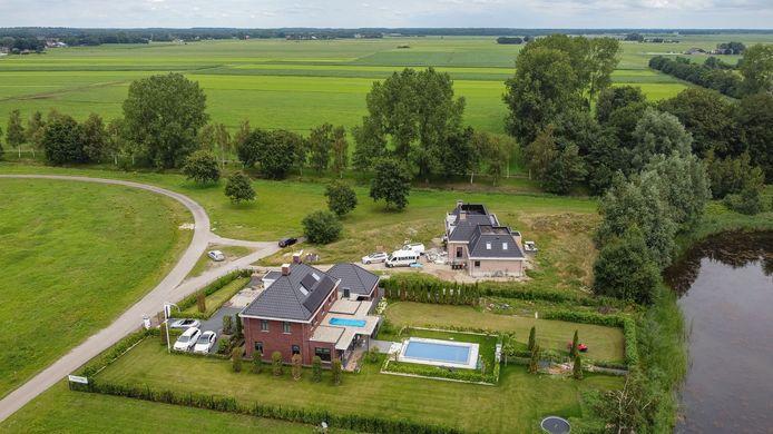 Het zonnepark in Eesveen grenst aan de villawijk De Woldberg. Bewoners zijn niet blij.