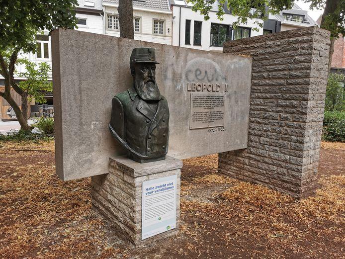Het borstbeeld van Koning Leopld II op de sokkel aan het monument in het Albertpark.