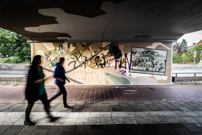 Kunstwerk aan de Wichard van Pontlaan in Arnhem is nog voor het af is beklad met graffiti.