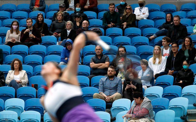 Bezoekers van de Australian Open bekijken de wedstrijd tussen de Tsjechische Petra Kvitova en de Belgische Greet Minnen. Beeld REUTERS
