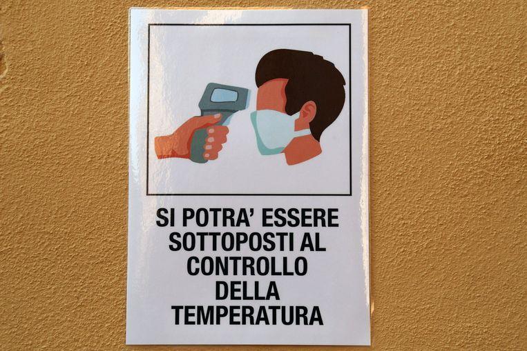 'Mogelijk wordt u aan een temperatuurmeting onderworpen.' Italië kent minder besmettingen dan in Frankrijk of Spanje.   Beeld Photo News