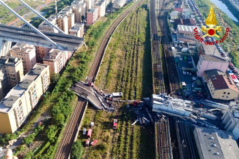 De brug in Genua na de instorting.  Beeld AP