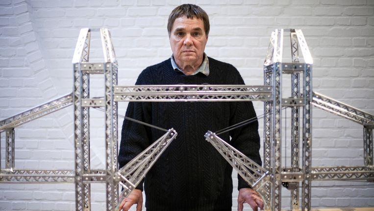 erformancekunstenaar Chris Burden in het paviljoen van het Middelheimpark bij de tentoonstelling van zijn bruggen in meccano (2009). In het park speelde hij ook reuzenmikado met betonnen palen. Beeld BOB VAN MOL