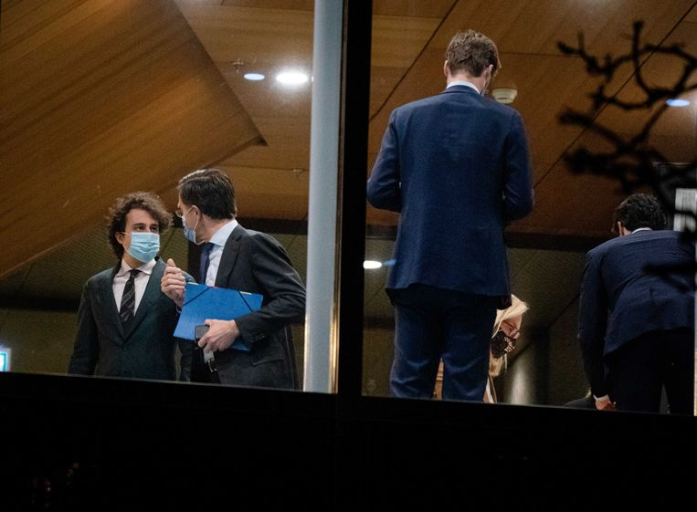 Jesse Klaver (Groenlinks), Mark Rutte (VVD)  en Sigrid Kaag (D66) overleggen tijdens een schorsing van het debat in de Tweede Kamer  over de mislukte formatieverkenning.  Beeld ANP/ BART MAAT