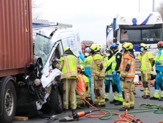 Bestelwagen knalt op traag rijdende vrachtwagen: bestuurder zwaargewond